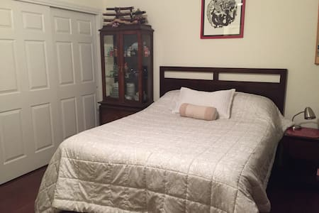 Beautifully decorated room with queen bed - Tucson