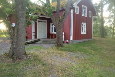 Lantligt och naturligt gammelhus - Gnesta - Talo