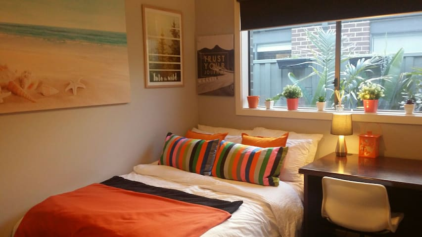 Tropical Retreat - Orange Room - Cranbourne East - บ้าน