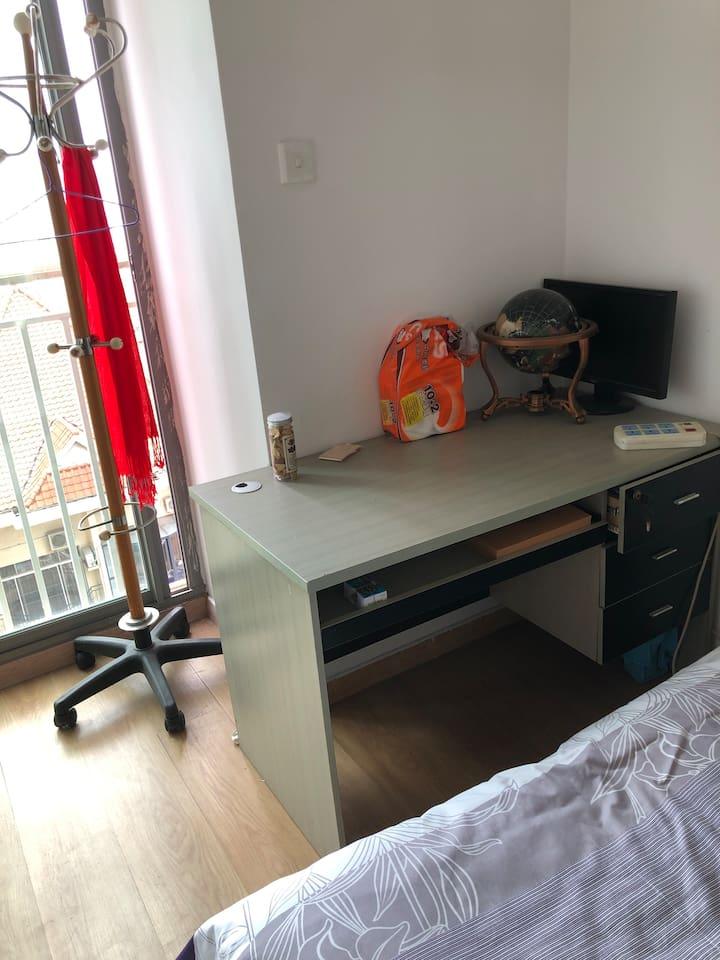 有一张办公桌