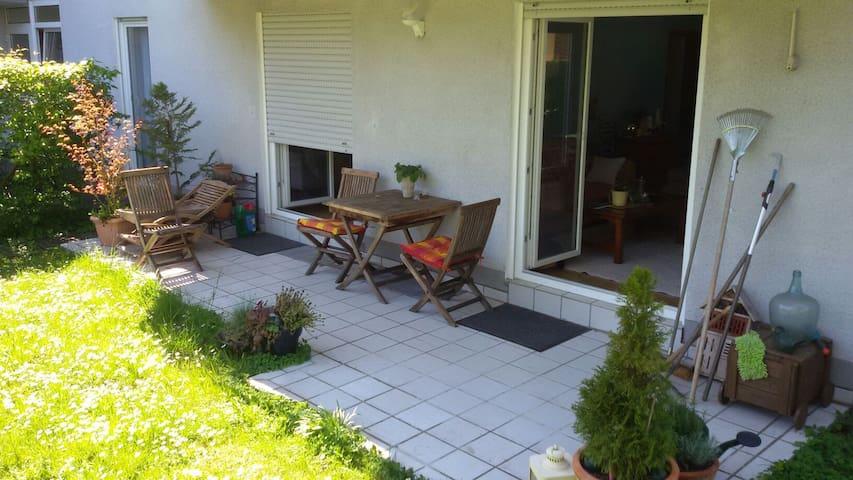 Erdgeschoss-Wohnung mit Garten und zwei Katzen