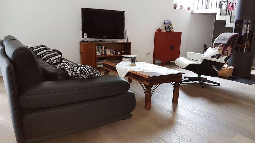 Simpatica camera in casa moderna in comodo borgo. - Pollegio - Haus