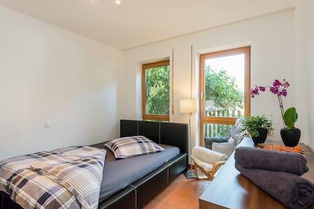 Ruhiges Zimmer mit Parkmöglichkeit & Frühstück - Аугсбург - Квартира