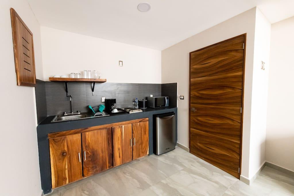 Cocineta equipada con: refrigerador, microondas, cafetera, tostador para pan, vajilla y cubiertos para 4 personas, baterìa e ultensilios basicos para cocinar, hielera, saca corcho.