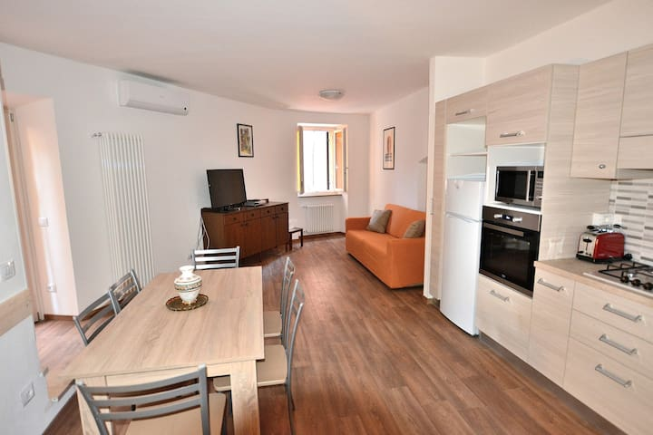 Apartment Del Pescatore, 3 Bedrooms, 2 Bathrooms, up to 6 People in Torri Del Benaco Downtown
