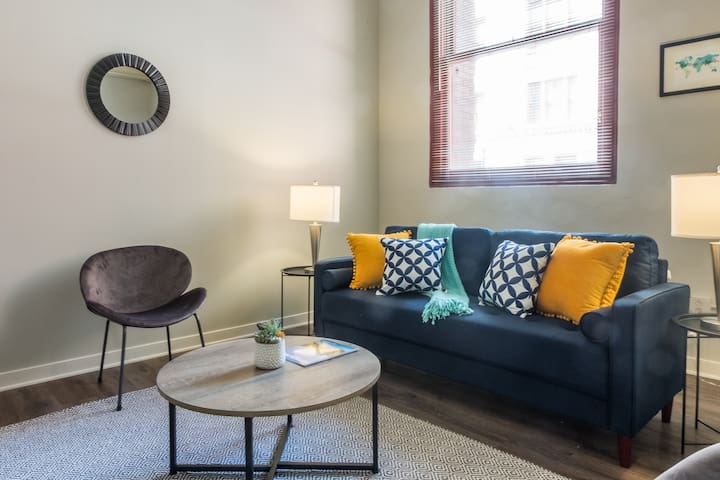Vibrant North Shore District 2BR Apt w/ Parking