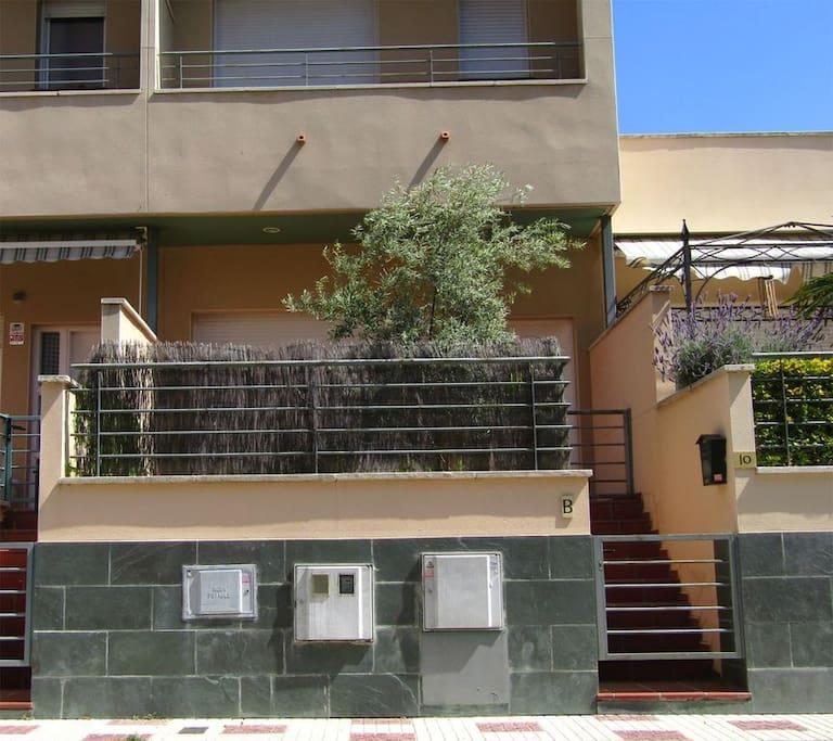 Fachada de la casa acceso a la calle