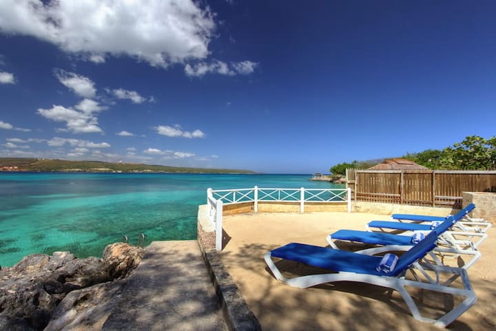 WATERFRONT! STAFF! SNORKELLING! FAMILY! PLUNGE POOL!Sea Haven - 4BR