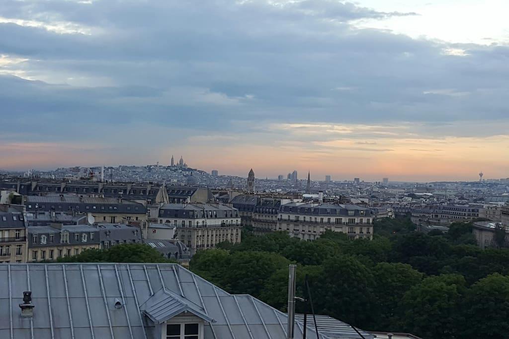 Vue sur le sacré cœur et les grands monuments de Paris