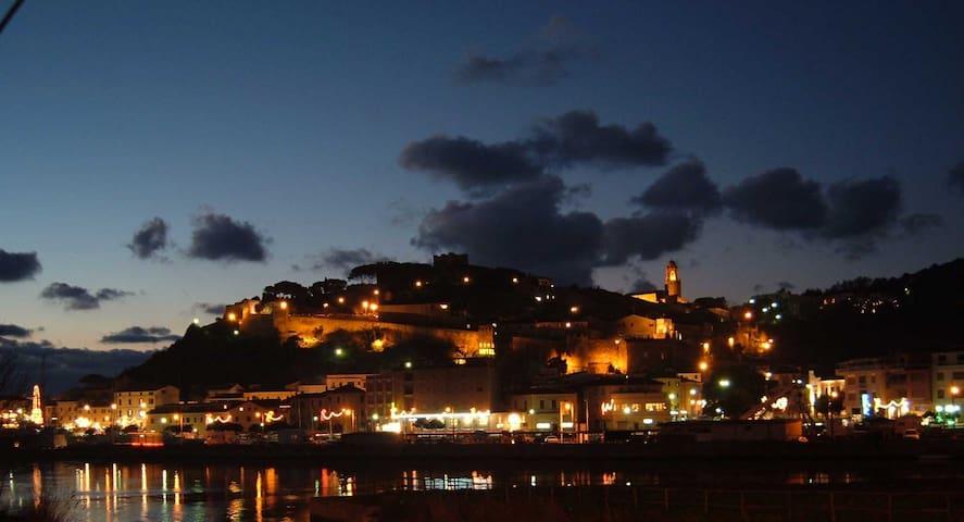 Vista panoramica di Castiglione della Pescaia notturna