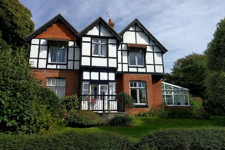 Huge, family home 500m from the Bay. Sleeps 11