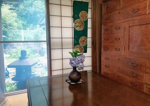 HOUSE IN THE SHRINE GATE  神社仏閣 鳥居の中の癒しのお家