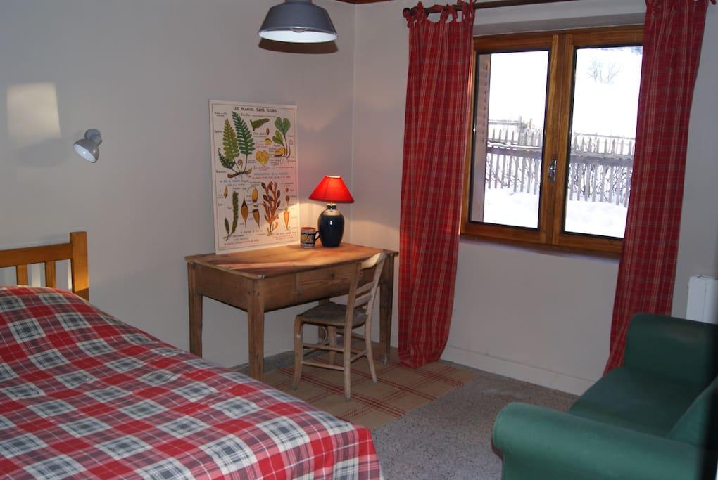 Une grande chambre avec un lit double