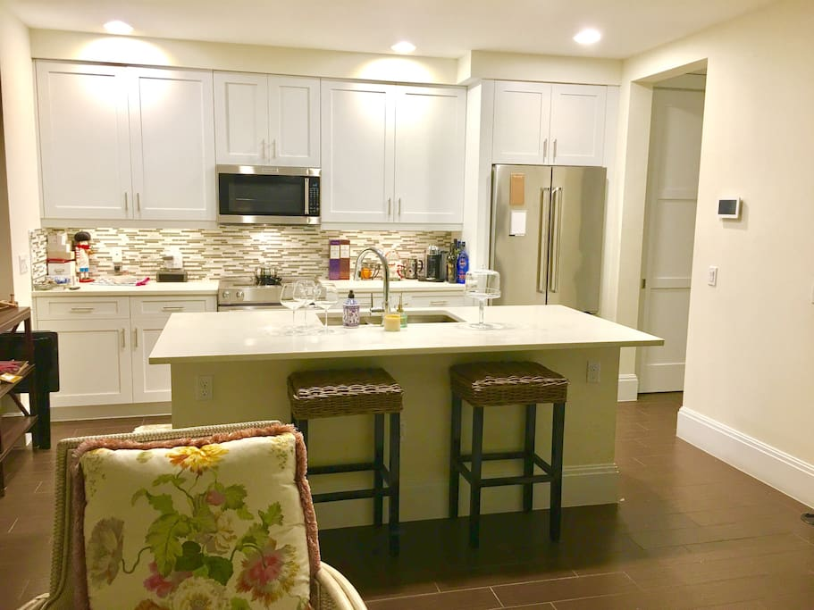 Kitchen fully equipped pots pans and pantry, dishes...glasses. Fully equipped! Plus a list of the best places to dine or for take-in!