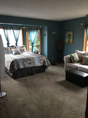 Peninsula Getaway Room 3-Suite w/private half bath - Traverse City