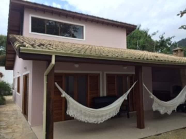 Casa charmosa e aconchegante a 200m da praia!