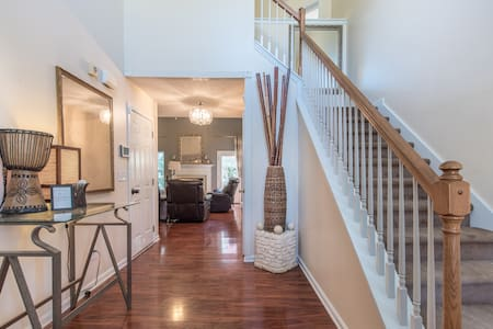 Comfortable and  Stylish Home on the Colonnade