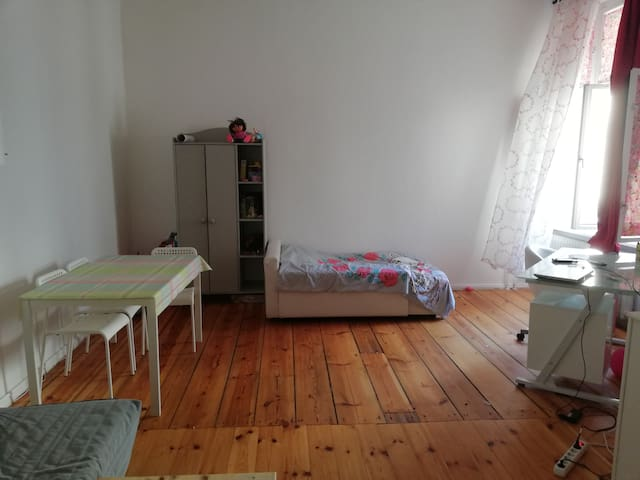 Big (25 m) & bright room in Schöneberg-males only