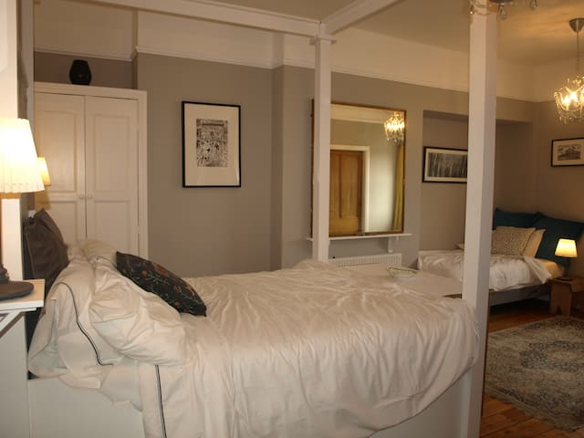 Ensuite 4 poster plus single bed in period house