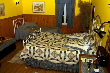 Chambre La Bernard (Gîte La BouGie Verte) - Saint-Urbain - Bed & Breakfast