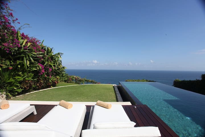 GORGEOUS CLIFF FRONT POOL VILLA LOCATED NEAR OMNIA