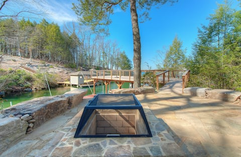 Lakefront home w/granite counters, fireplace, lake views & dock!