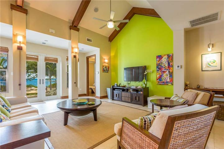Avocado Cottage: Cozy Oceanfront Cottage with Pool and Hot Tub Near Seven Mile Beach