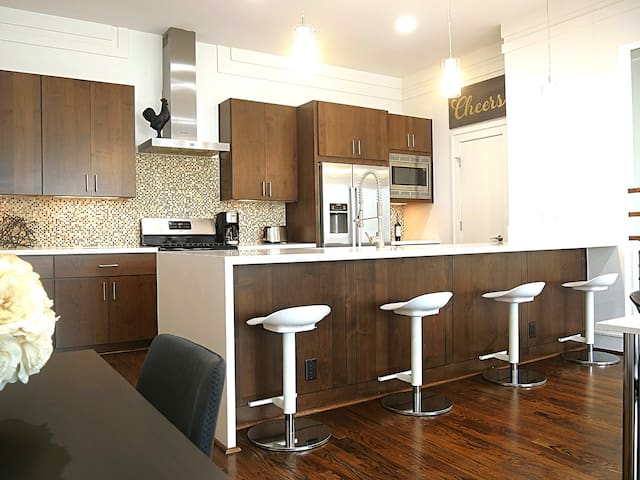Small Parties Welcome! 3 BR 3.5 Bath Modern Home