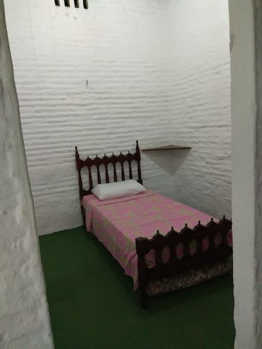 Quarto 3 com cama de solteiro mais 2 colchões de solteiro extra.