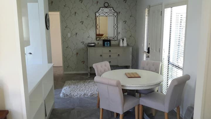 Rose Garden Townhouse - cosy retreat in Merivale