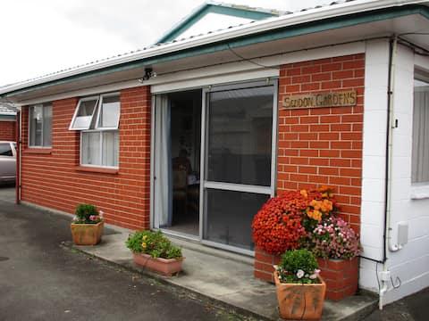 """ Seddon Gardens"" a Rotorua thermal home"