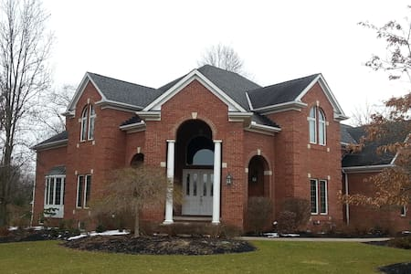 Brecksville Executive Home - Brecksville