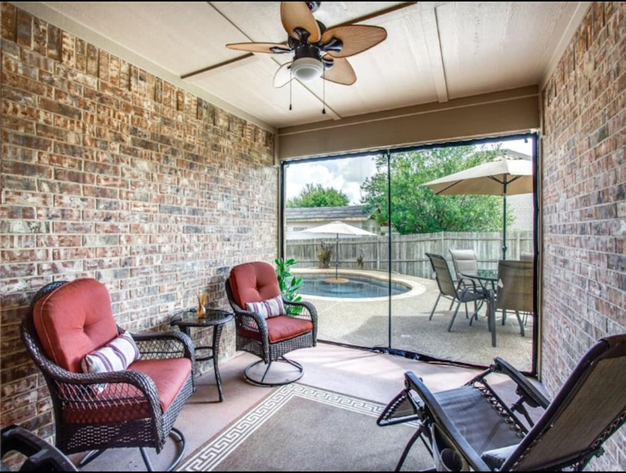 Home on Private Street Cul De Sac! Fenced Back Yard Private Smoking area outside!