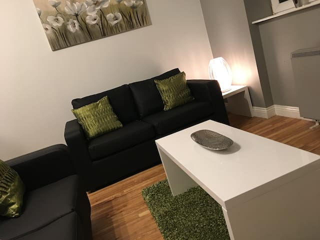 Rhodes Court, a superb two bed apt with parking - Morley - Appartement