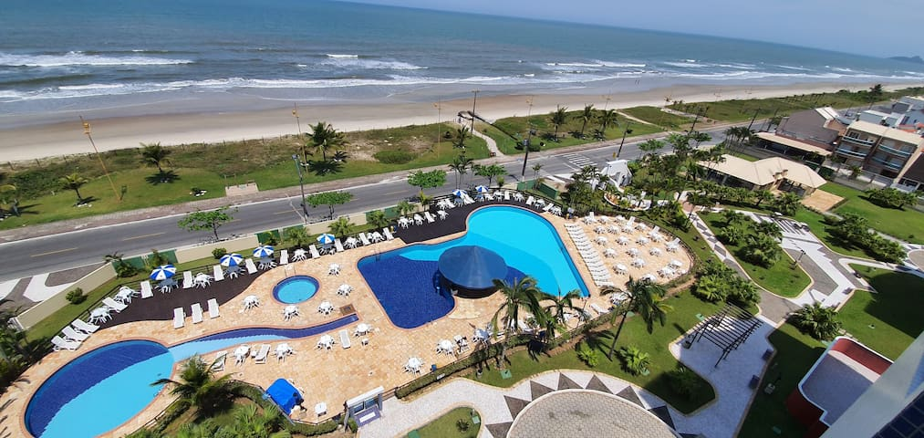 Piscinas adulto e infantil: vista do alto do edifício.