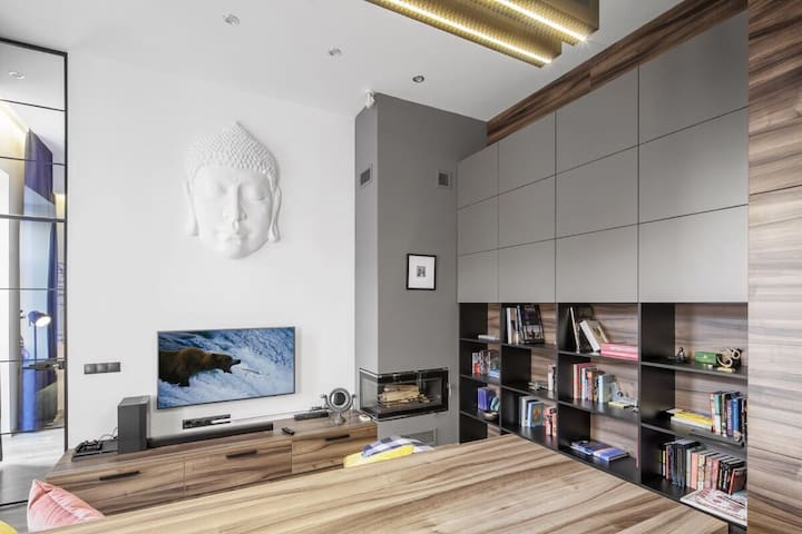 Современный лофт – студия с камином  в  центре!