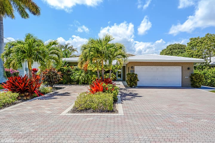 Intracoastal waterway home w/pool. Walk to beach!