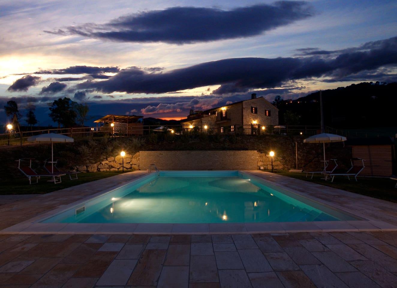 Casale con piscina di sera