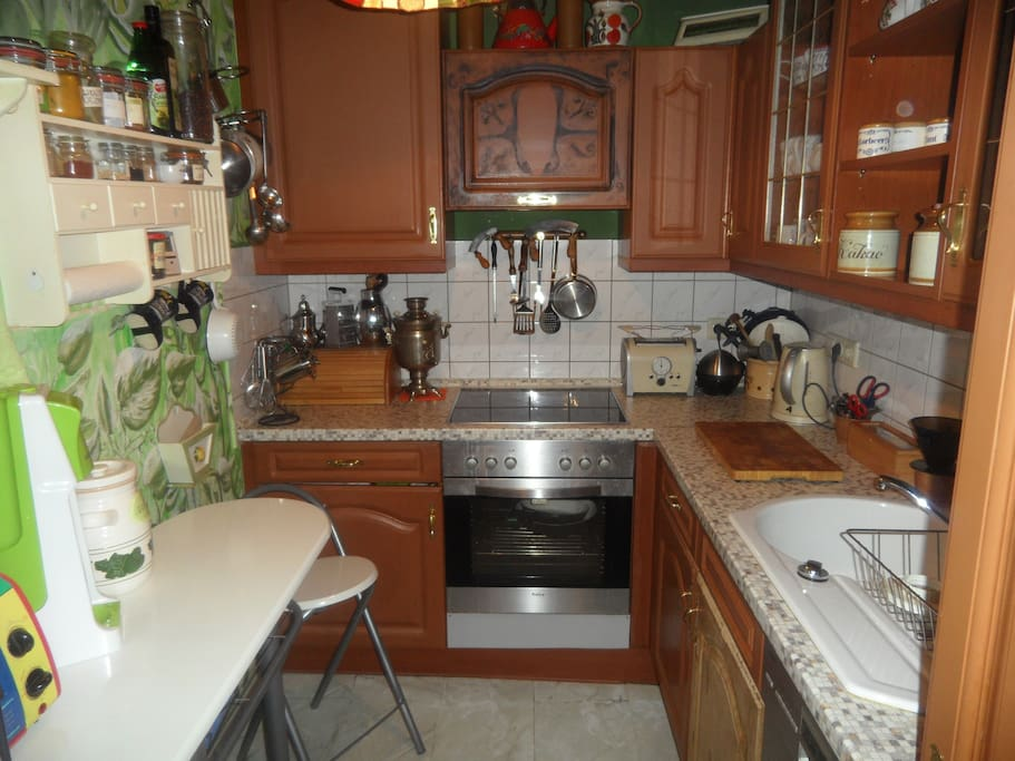 Alles da was man so benötigt. Extra Kühlschrank für Gäste. Gewürze und Tee.
