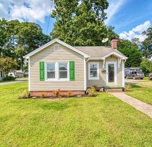 ★Cozy 3BD House on Main Street | Downtown Belmont★