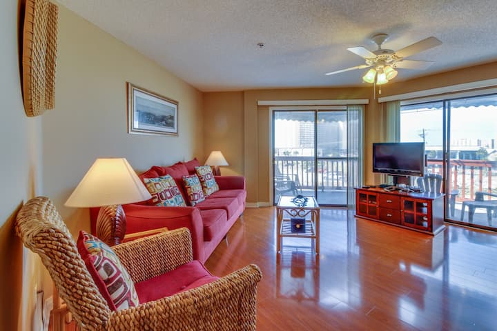 Relaxing retreat steps to the beach w/ shared pool & sauna! Snowbirds welcome!