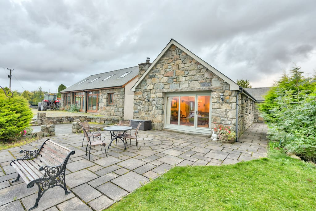 Long barn (4) exterior overlooking the Moelwyn mountain range in a super central Snowdonia National Park location