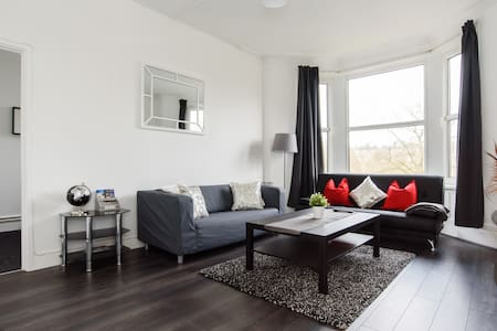 Entire 1 Bedroom Flat With Park Views