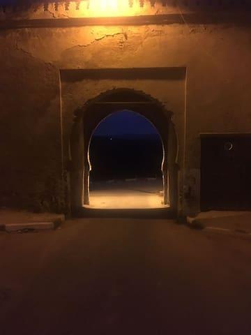 La porte de la ville prise de nuit à 5 minutes à  pieds de la propriété.