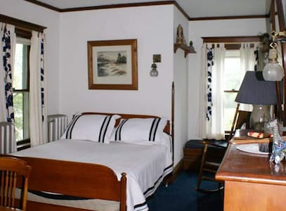 Navy Blue Room @ Fogarty's B and B - Saranac Lake - Bed & Breakfast