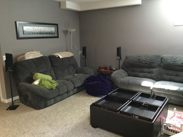 Quiet, spacious private guest room - Sherwood Park - House