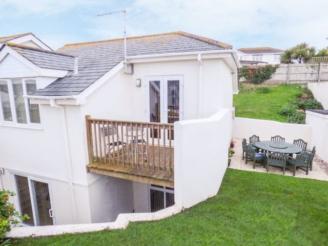 ATLANTIC EDGE, pet friendly, with pool in Newquay, Ref 961082