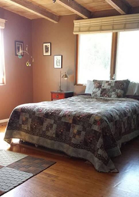 bedroom w/ queen