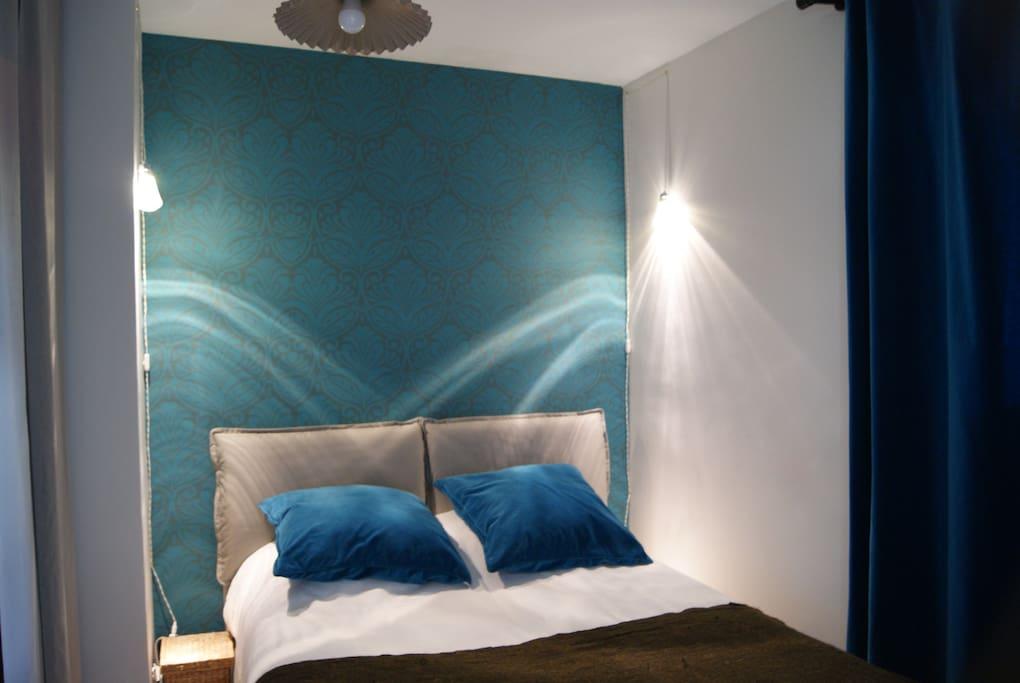 Cette chambre est dotée d'un grand placard de rangement.  Le lit est en dimension 140/200.