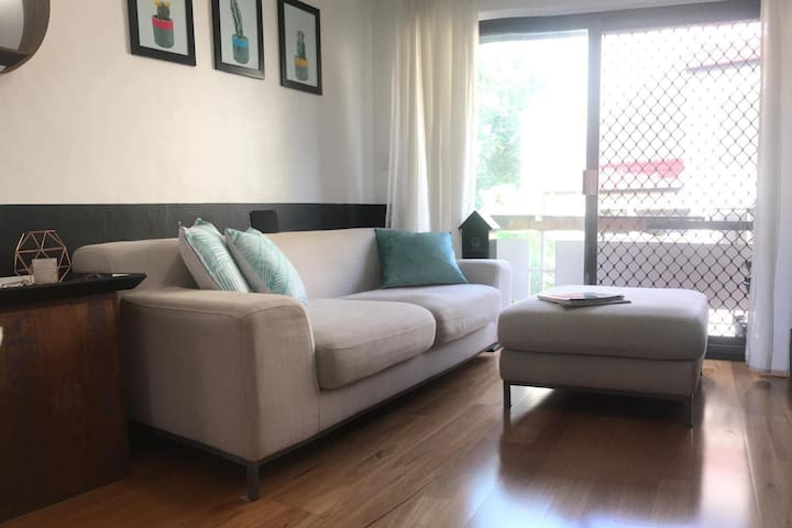 Quiet airy apartment in the heart of New Farm